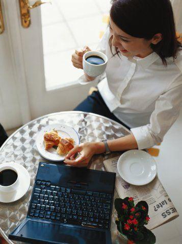1. Gün: Kahvaltı: Şekersiz çay, 30 gram beyaz peynir, 25 gram kepek ekmeği, domates ve salata. Saat 10'da: 100 gram meyve (muz hariç) Öğle: 2 yumurtayla hazırlanmış menemen, 25 gram light ekmek ve salata Saat 16'da: 100 gram meyve. Akşam: 200 gram tavuk ızgara, 1 tabak yağsız salata